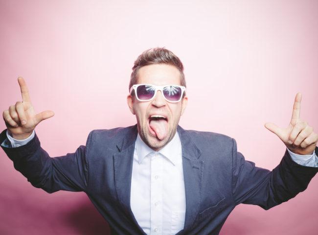 Mann posiert vor Photobooth